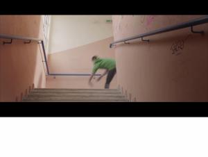Dimitri se venge en poussant Vassili dans les escaliers