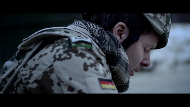 Le soldat allemand tenant Nabilah dans ses bras. Venant de voler son arme de poing pour se suicider.